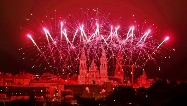 Espectáculo de fuegos artificiales llevado a cabo en el Pazo de Raxoi de Santiago de Compostela con el que la capital de Galicia da la bienvenida a la fiesta de su patrón, Santiago Apóstol, en la víspera del Día Nacional de Galicia.