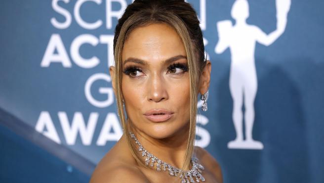 La actriz y cantante Jennifer Lopez posa a su llegada a la alfombra roja de 26ª edición de los premios del Sindicato de Actores.