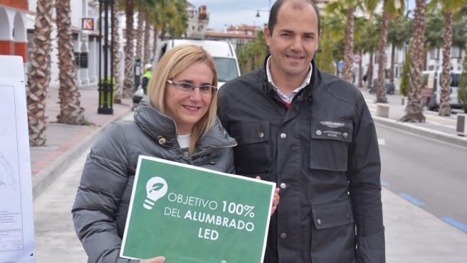 La alcaldesa de Fuengirola, Ana Mula, y el concejal José Sánchez informan de la implantación de alumbrado LED en cuatro años.