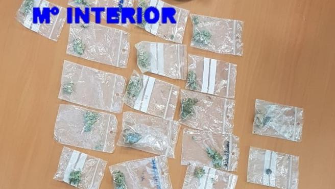 Los agentes intervinieron hachís, marihuana y diversos efectos y útiles en el marco de la operación