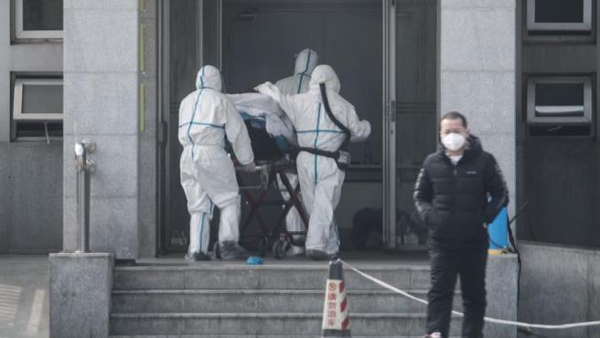 Personal médico ingresa a un paciente en un hospital de la ciudad de Wuhan, en China, donde se detectó el origen del brote de una nueva neumonía vírica similar al síndrome agudo respiratorio grave (SARS).