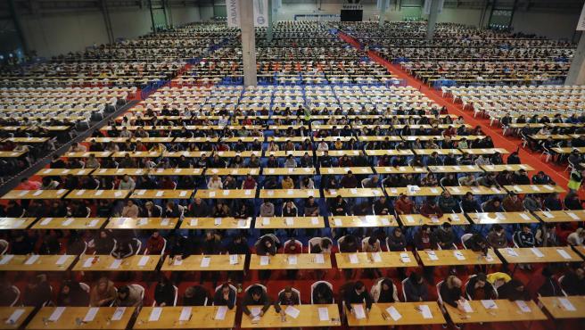 Más de 166.000 personas opositan para 4.005 empleos en Correos en España.