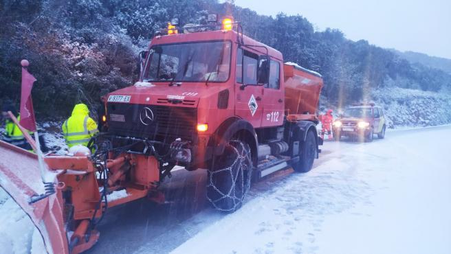 Un camión quitanieves se encarga de despejar las carreteras del municipio valenciano de Puebla de Benifasar, en Castellón.