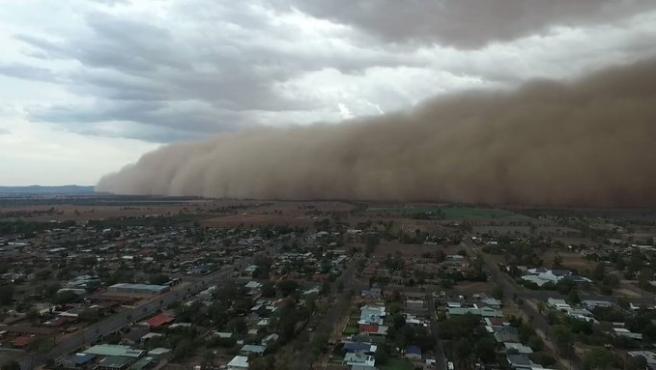 Una gran tormenta de polvo cerca de la localidad de Narromine, en Nueva Gales del Sur (Australia), en una captura de un vídeo compartido en las redes sociales,
