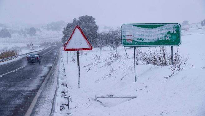 Un coche circula por la N-344 en el límite entre las provincias de Albacete y Murcia.