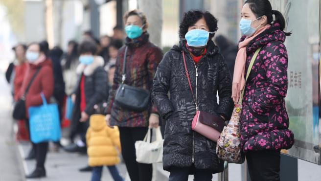 Varias personas en una estación de autobuses de Wuhan, en China, con máscaras para evitar contagiarse con el nuevo coronavirus llamado 'nCoV'.