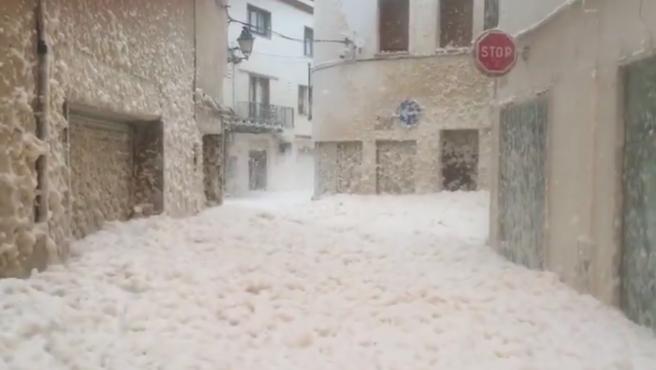 Las calles de la localidad gerundense de Tossa de Mar han aparecido este martes llenas de espuma. El temporal marítimo desatado por la borrasca Gloria ha producido este fenómeno natural ya visto en Galicia en otras ocasiones.