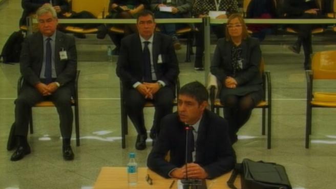 """Después de seis horas de interrogatorio durante la primera sesión del juicio, el mayor de los Mossos, Josep Lluís Trapero, sigue declarando en la Audiencia Nacional como responsable de los operativos que tuvieron lugar durante el 1-O y y durante los incidentes frente a la Conselleria de Economía. En la declaración, Trapero defendió la actuación de los Mossos d'Esquadra, ya que cumplieron las resoluciones judiciales para evitar el 1-O, y se desmarcó del Govern de Carles Puigdemont, por la """"incomodidad"""" ante su hoja de ruta unilateral, que considera una """"barbaridad""""."""