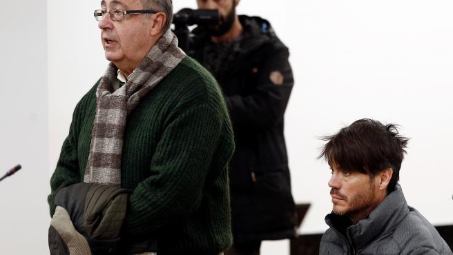 El exgerente del Club de Fútbol Osasuna, Ángel Vizcay (izq); y el exdirector de la fundación Osasuna, Diego Maquirriain (dech), durante la primera jornada del juicio por supuestos amaños de partidos en la temporada 2013-2014, en Pamplona /Navarra