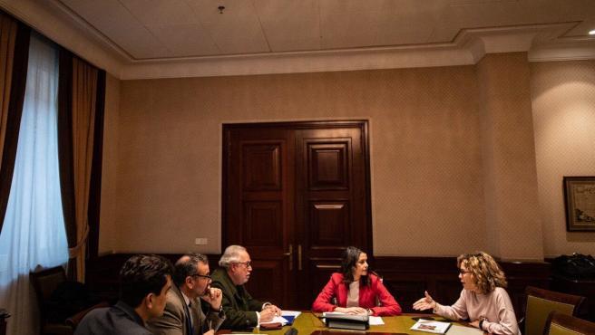 El presidente de SCB, Tomeu Berga, y el presidente de 'PLIS', Pep Ignasi Aguió, junto a la líder de Cs, Inés Arrimadas, y la diputada y portavoz de Educación del Grupo Cs en el Congreso, Marta Martín.