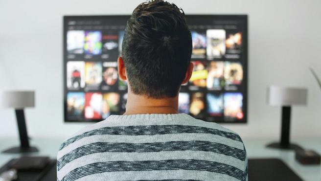 Foto de archivo de una persona viendo la televisión.
