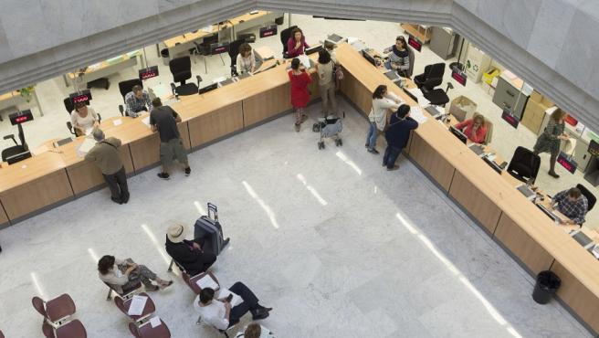 Funcionarios atendiendo al público en una sede de la administración de la Junta de Andalucía.