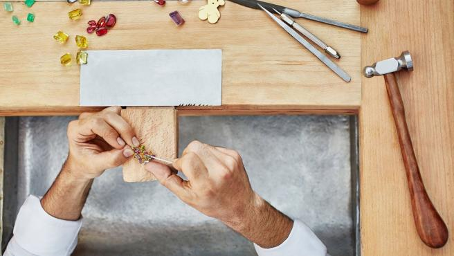 Los denunciantes de Tous compraron joyas en distintas ciudades y un laboratorio acreditó la ausencia de relleno metálico.