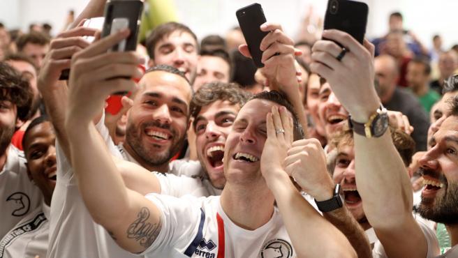 Jugadores de Unionistas se hacen un selfie tras conocer que jugarán contra el Madrid.