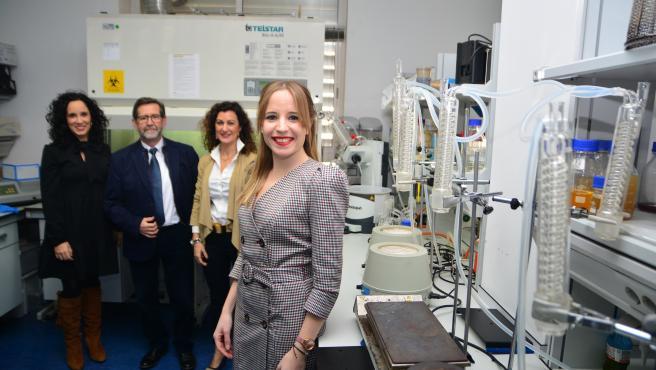 La nueva doctora de la UPCT, con sus directores de tesis, en un laboratorio de microbiología.