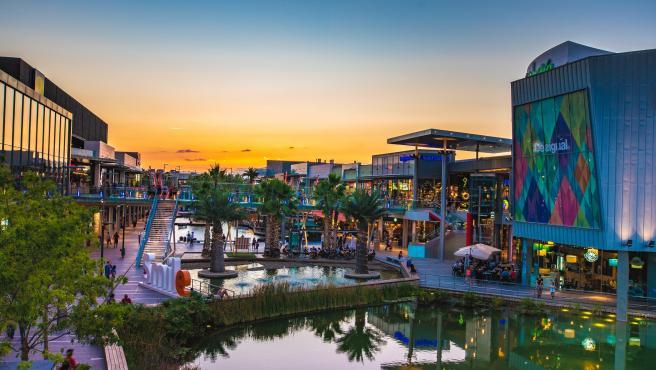 Los visitantess de intu Puerto Venecia disfrutan de todo el complejo comercial y de ocio