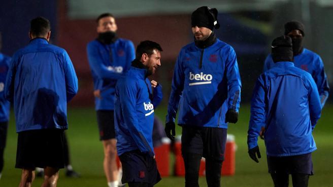 Messi y Piqué conversan durante un entrenamiento.