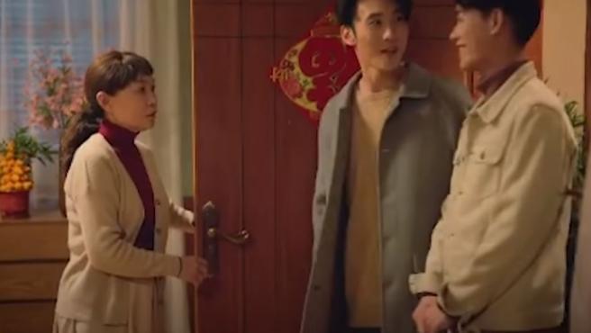 Momento en el que un chico presenta a su novio Kelvin a su madre.