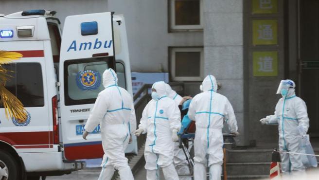 Personal médico transfiere pacientes a un hospital en Wuhan, China, municipio en el que surgió el brote del nuevo coronavirus llamado 'nCoV'.