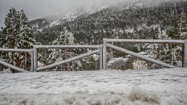 Valla cubierta de nieve durante el temporal de nieve en la Sierra de Madrid, en el Puerto de Navacerrada (Madrid) a 16 de noviembre de 2019.