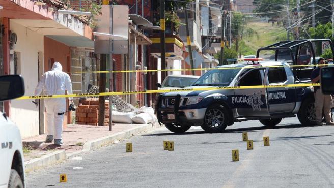 Peritos trabajan en el municipio de Apaseo El Grande, en el estado mexicano de Guanajuato, tras un tiroteo. Guanajuato registró 219 homicidios en los primeros 15 días de 2020.