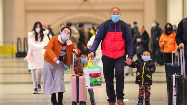 Pasajeros con máscaras para evitar el contagio del coronavirus surgido en Wuhan, China, en la estación de tren de la ciudad.