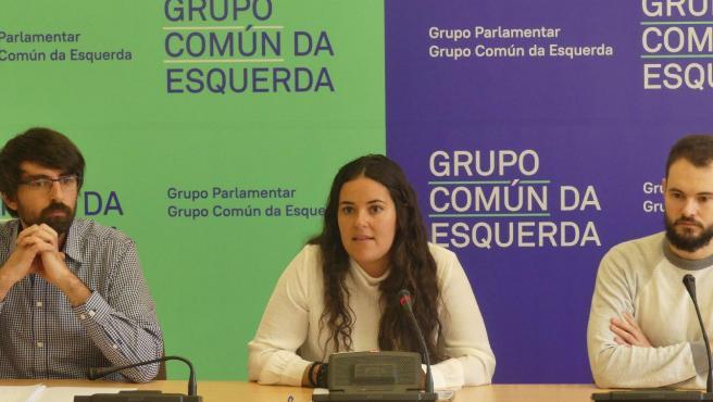 El diputado del Grupo Común da Esquerda Marcos Cal, la portavoz Luca Chao y el presidente de Libera, Rubén Pérez, en rueda de prensa.