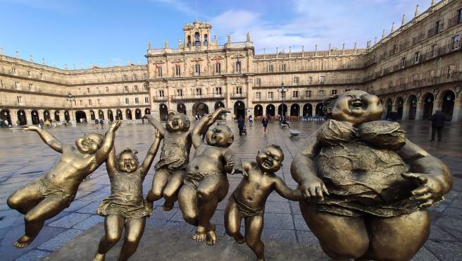 Escultura de Xu Hongfei en la Plaza Mayor de Salamanca.