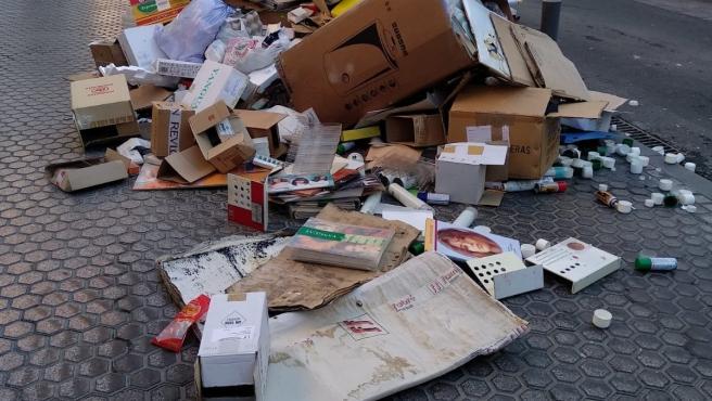 Imagen de basura y cartón en una acera de Sevilla