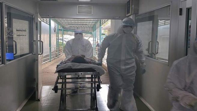 Personal médico en un hospital de Nakhon Pathom, en Tailandia, con un paciente que se sospecha que fue contagiado por el coronavirus de Wuhan durante un viaje a China.
