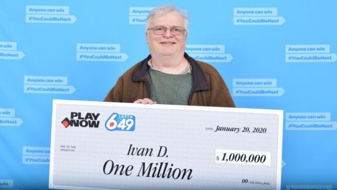La imagen que compartió la empresa de boletos de lotería de Canadá, BCLC, de Ivan Dubinsky sujetando su premio.