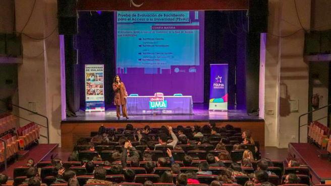 Jóvenes preuniversitarios de Vélez-Málaga en unas jornadas informativas