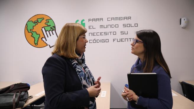 La concejala delegada del Área de Innovación y Digitalización Urbana, Susana Carillo y la Gestora de programas de inclusión sociolaboral en Andalucia Oriental de Acción contra el Hambre, Ana Rey,