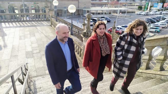 Néstor Rego, Ana Miranda y Goretti Sanmartín del BNG en las escaleras de la estación de ferrocarril de Santiago