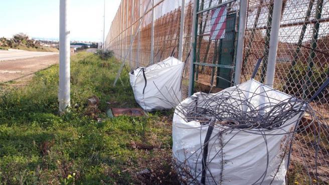 Trabajos de retirada de la sirga tridimensional o tercera valla fronteriza de Melilla, el entramado de cables de acero situado en la zona intermedia del perímetro instalado en 2006.