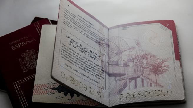 Un pasaporte español abierto sobre una mesa