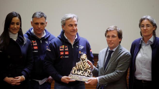 El piloto madrileño Carlos Sainz y su copiloto Lucas Cruz han sido homenajeados tras su victoria en el Dakar. El evento, presentado por Roberto Palomar, ha contado con la presencia de José Luis Martínez- Almeida y Begoña Villacís.