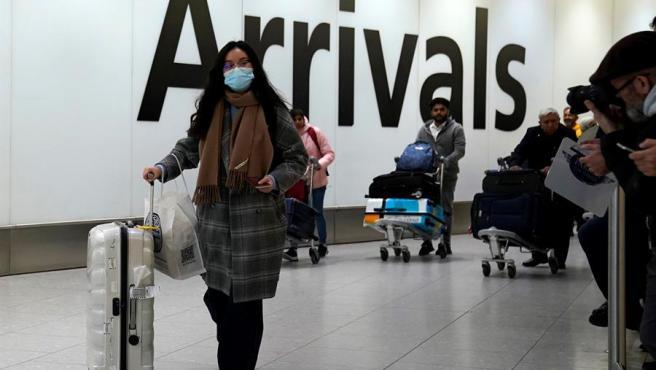Pasajeros con máscaras para evitar contagios, en el aeropuerto de Heathrow, en Londres (Reino Unido).