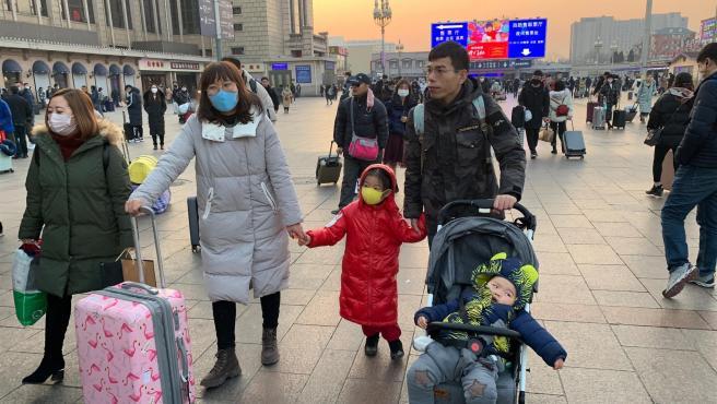 Viajeros en la Estación Central de Ferrocarril de Pekín que viajan por el Año Nuevo Chino..