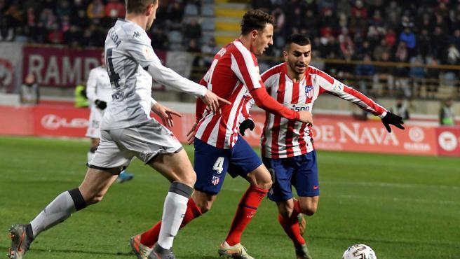 Correa y Arias luchan por el balón con Castañeda, de la Cultural.