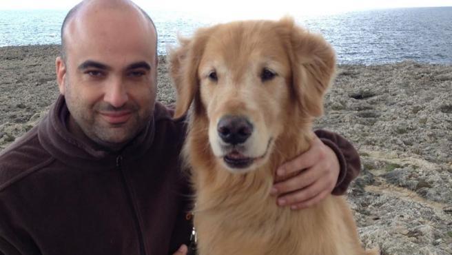 El escritor Emilio Ortiz con su perro guía, Spock.