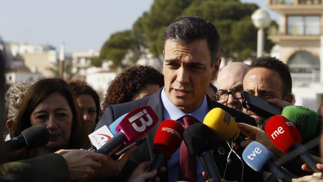 El presidente del Gobierno, Pedro Sánchez, atiende a los medios el Puerto de Cala Ratjada en Capdepera (Mallorca), durante su visita a las zonas afectadas por la borrasca 'Gloria'.
