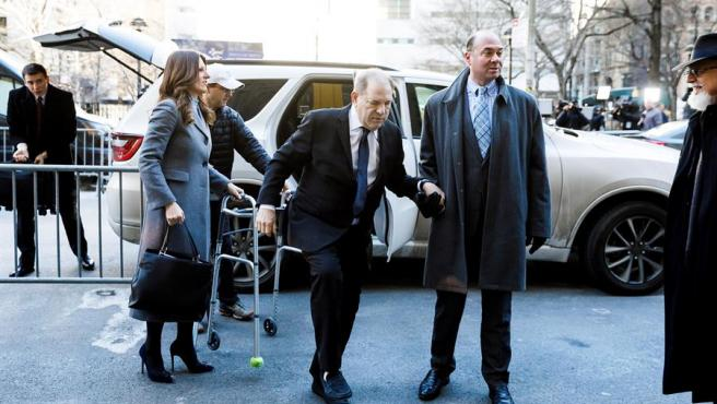 El exproductor de cine Harvey Weinstein, a su llegada a la Corte Suprema de Nueva York, acompañado de sus abogados.