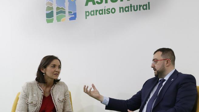 La ministra de Industria, Reyes Maroto, y el presidente del Principado de Asturias, Adrián Barbón, en Fitur.