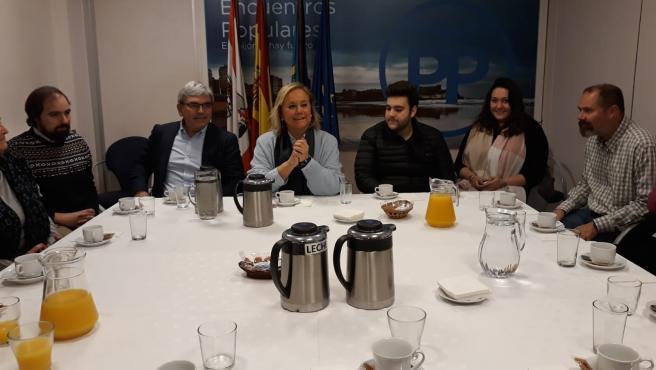 La senadora del PP Mercedes Fernández durante un debate sobre la situación política nacional en la sede gijonesa del partido
