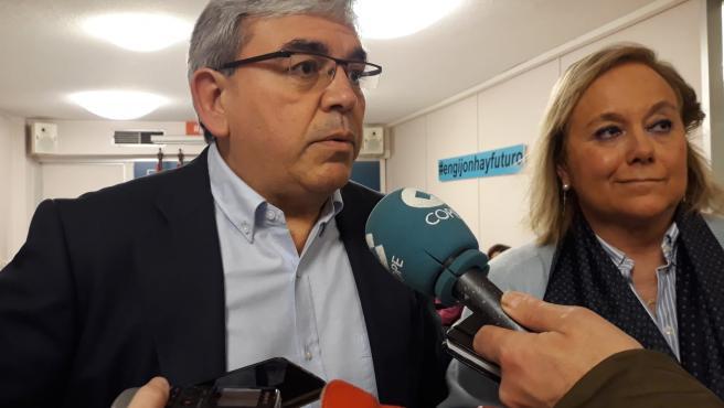 Mariano Marín, presidente del PP de Gijón, junto a la senadora del PP, Mercedes Fernández, antes de participar en una debate político en la sede 'popular' de Gijón