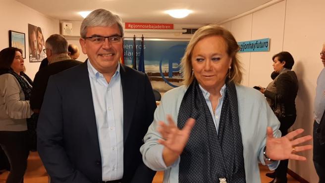 Mercedes Fernández, senadora del PP por Asturias, y el presidente del PP gijonés, Mariano Marín, en la sede local del partido