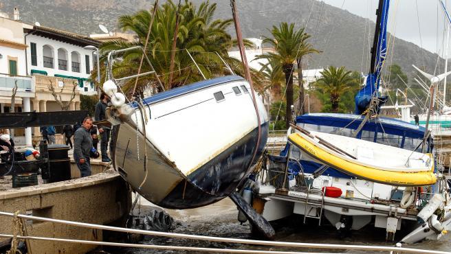 El temporal Gloria arrastró una quincena de embarcaciones hasta la arena en el Port de Pollença (Mallorca).