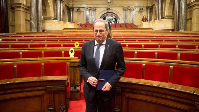 Quim Torra abandona el hemiciclo tras el pleno extraordinario del Parlamento de Cataluña.