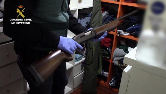 Arma de fuego intervenida por la Guardia Civil tras la detención de dos personas por una tentativa de homicidio en Yeles